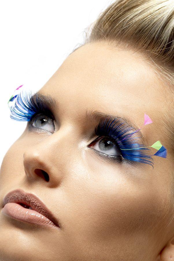 Photo du produit Faux cils longs bleus avec plumes fluo adulte
